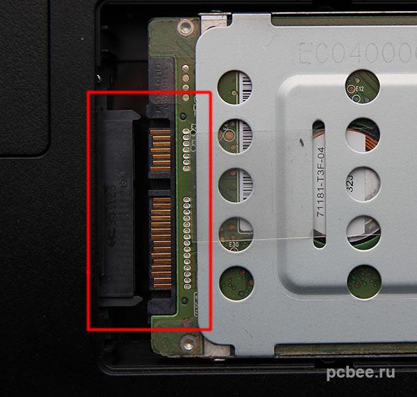 После того, как жесткий диска будут отключен от разъема, можно вынимать его из отсека