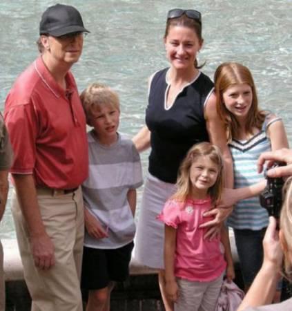 Семья Билла Гейтса. Слева направо: Билл Гейтс, Рори Гейтс, Мелинда Гейтс, Дженнифер Гейтс, в центре Фиби Гейтс
