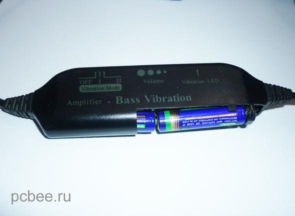 В наушниках есть вибро-бас питается батарейками ААА (мизинчиковыми)