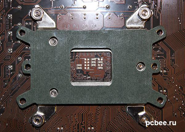 Установка Cooler Master 212 EVO. Первоначально, с обратной стороны материнской платы прикручивается стальная пластина