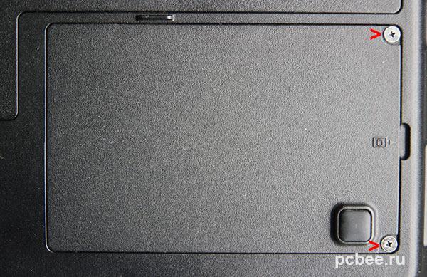 Откручиваем крышку закрывающую отсек с жестким диском на днище ноутбука