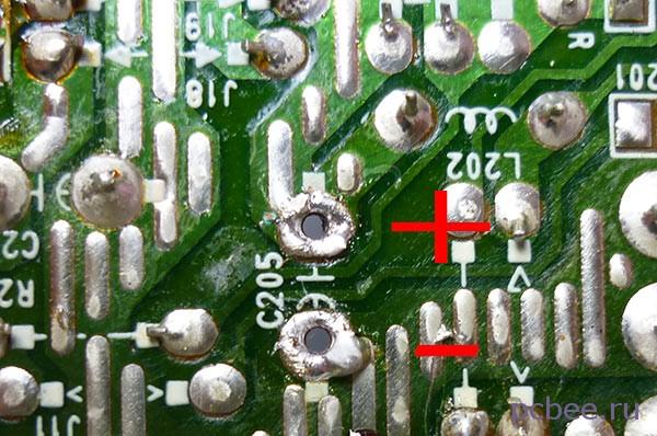 Все готово для установки нового конденсатора - главное, не перепутать полярность подключения