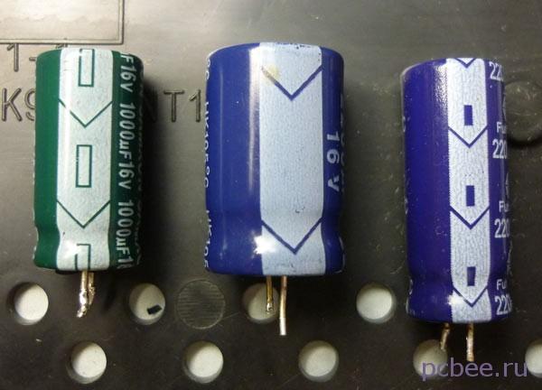 На корпусах электролитических конденсаторов, со стороны минусового вывода, нанесена светлая полоса