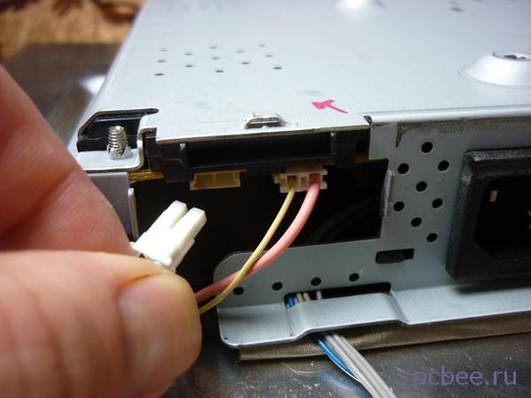 Перед отключением штекеров, на корпусе сделана отметка красным маркером, показывающая, куда подключается штекер с розовым проводом