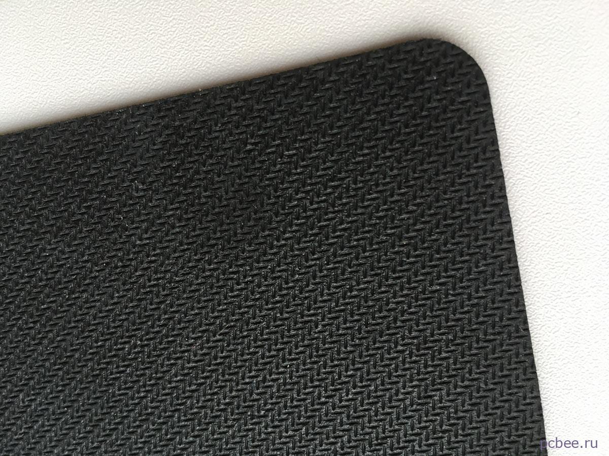 Основа у коврика Buro BU-S48012 сделана из резины, благодаря этому, он не ерзает по столу во время перемещения мыши