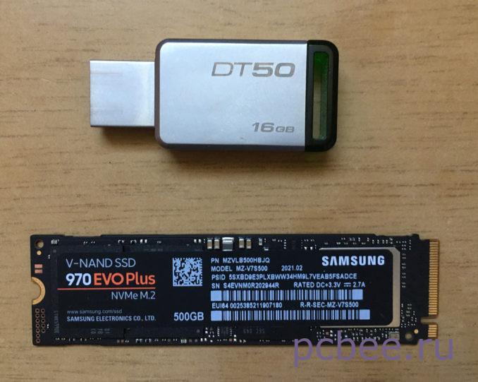 Длина SAMSUNG 970 EVO Plus MZ-V7S500BW 80 мм, а вес всего 8 грамм. Вот как он выглядит в сравнении с маленькой флешкой
